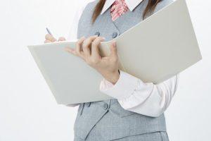 女性が仕事を確認している画像