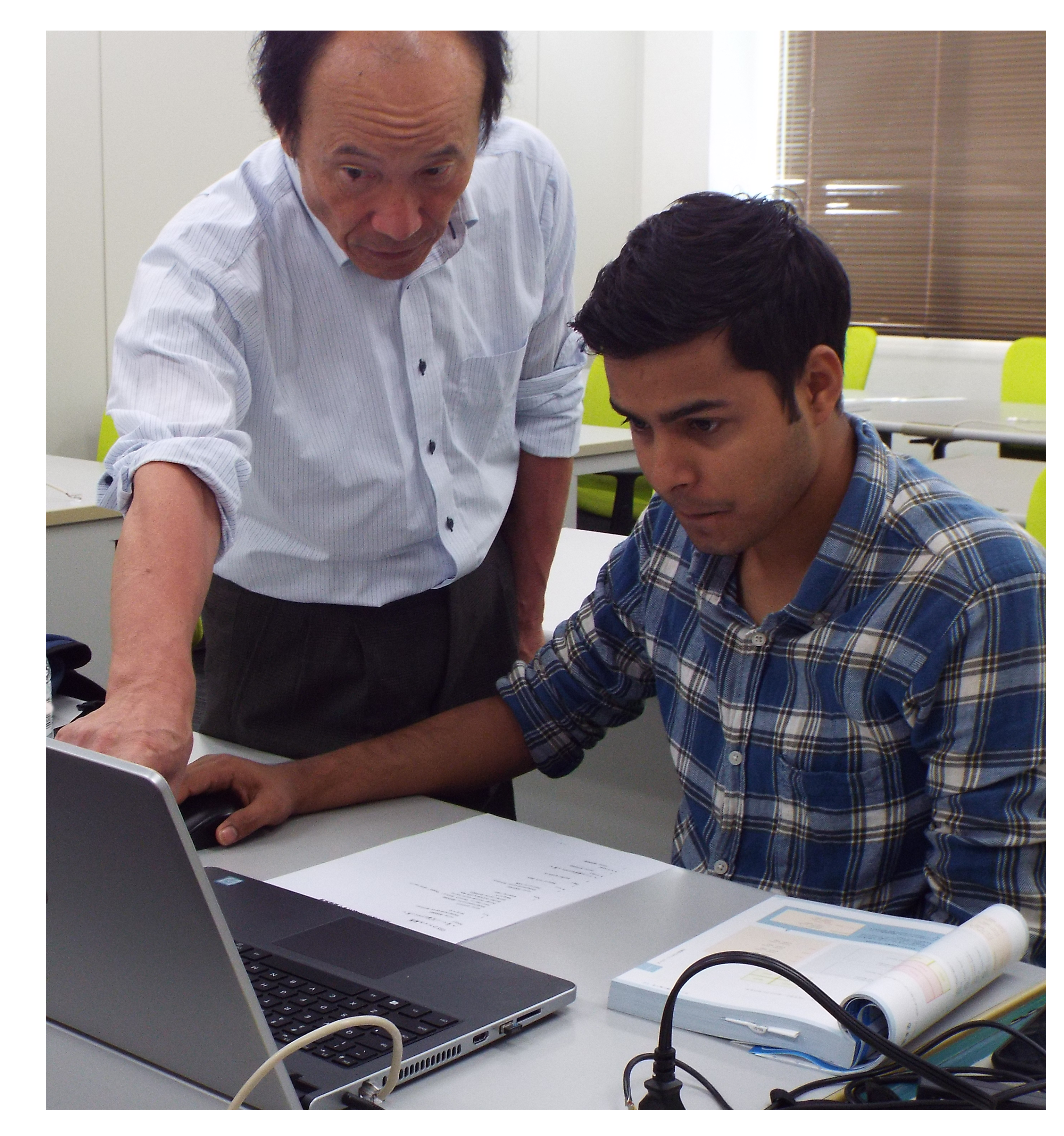 パソコンを勉強している留学生